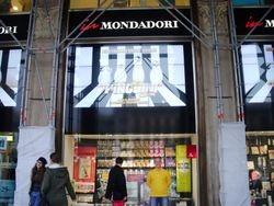 Lo scrittore fuori della Mondadori di Piazza del Duomo a Milano