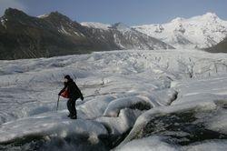 Een oud vrouwtje op een gletsjer