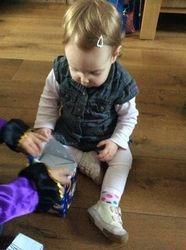 Mara aan het uitpakken 2015