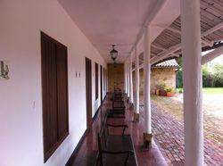 Pasillos para recibimiento de los invitados en la casa principal.