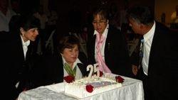 apagando las velas de la celebracion