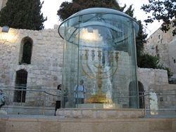 Candelabro gigante en el area judia de Jerusalem
