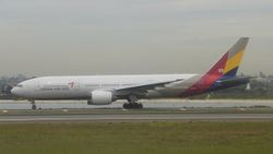Asiana Airlines Boeing 777-200 HL-7597