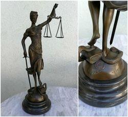 Teisingumo deive - Temide. 40 cm. bronzine Temides statula juodo marmuro pagrindu. Kaina 318