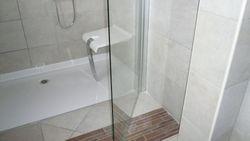 Avec parois de douche porte pivotante