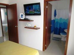 Dormitorio master con TV con cable y bano