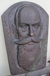 Kompozitoriaus J. Naujalio bareljefas. Kaina 48 Eur.