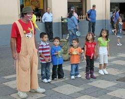 Street clown entertains fans - San Jose