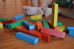 Cubes et  tours en mousse, bois et plastique sont les alliés d'un bon apprentissage et d'une expression facilitée.