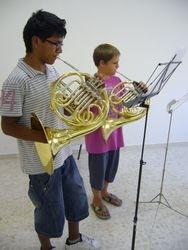 Dos alumnos de trompa estudiando