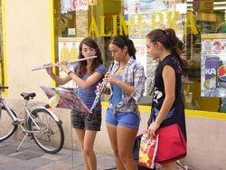 Alumnas practicando en la calle...