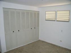 Residencia de 3 habitaciones y un ba�o, sala, comedor, cocina, balc�n y marquesina sencilla.