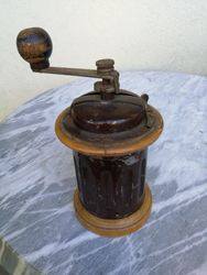 Antikvarine kavamale. Kaina 28