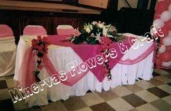 mesa parados con flores