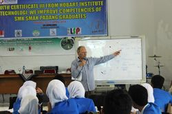 Mr. Rupert Menerangkan Materi Sustainability Environment