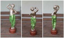 Besiprausiancios merginos statulele. Kaina 38