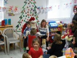 Le père Noël prend le temps de discuter avec chaque enfant