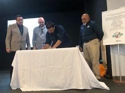 Alcalde de Utuado firmando Alianza