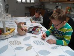 Mylan en Daniel een paasdoosje aan het maken