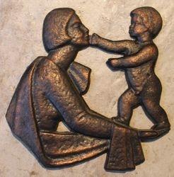 Bareljefas Motina su vaiku. Kaina 13