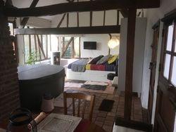 Vue de la chambre avec le spa intérieur privé