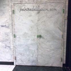 Porte après peint en faux marbre