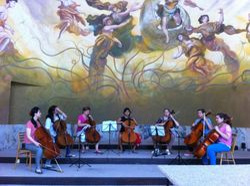 Cello ensemble tijdens concert in de Kolonade