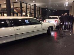 Voor een Tv programma tros met Lincoln limousine wit