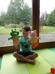 Nos tapis de jeux permettent aux enfants de bien s'installer et de bouger sans contrainte. Des jeux dynamiques  leur sont proposés en un deuxième temps  pour s'exprimer grâce à leur corps.