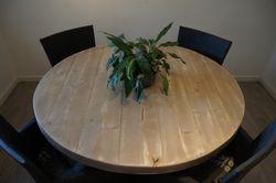 Ronde tafel van Steigerhout met luxe kruispoot..