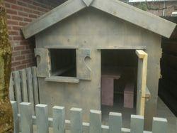 Kinderspeelhuis met veranda en zithoek..