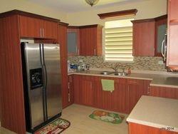 Cocina tipo Europea con modernos gabinetes, finos equipos sanitarios y pisos en cerámica