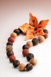 Huopahelmet ja rintaneula, Necklace and brooch