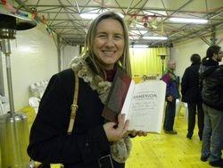 Una lettrice che mostra una copia del libro con dedica....