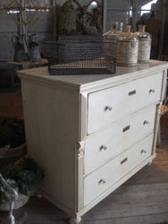 #16/048 Lrg. White Chest of Drawers