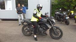 Ari meitenes brau ar motocikliem