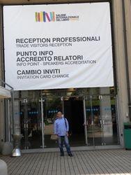Lo scrittore all'entrata del famoso Lingotto di Torino