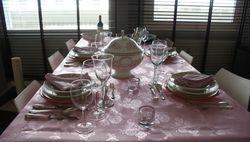 Tafel dekken en eten met vrienden