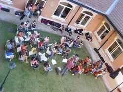 La orquesta de E. Profesional ensayando en el patio del Colegio