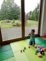 Une surface couverte de 20 m2 de mousse a été aménagée pour que vos loulous s'amusent et bougent en toute quiétude.