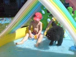 Linus och Stina badar