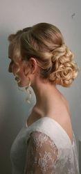 Laag opgestoken bruidskapsel