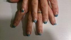 Acryl met turquoise glitterfrench en kleine nailart