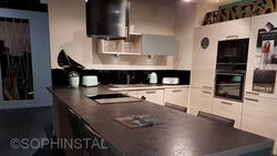 Crédence de cuisine noir avec décoration de voilier
