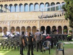 Luostarin pihaa laitetaan kuntoon konserttia varten