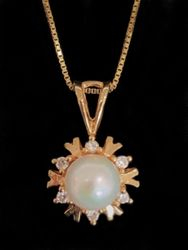 Pearl pendant with yellow gold and diamond halo