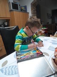 Daniel druk bezig met kleuren