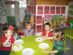 Luc partage son gâteau d'anniversaire avec ses amis