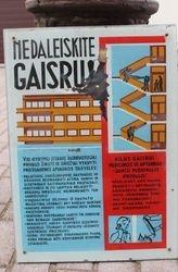 Plakatas piestas ant stiklo: Nedaleiskite gaisru ! Kaina 37