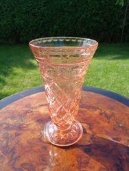Antikvarine rausvo stiklo vazele Foreign. Kaina 32
